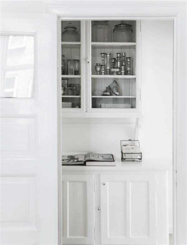 antigua alacena pintada de blanco con objetos de plata envejecida chicanddeco