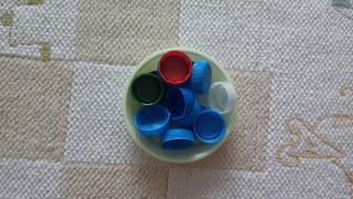 nakrętki w metodzie montessori, pomysly na zabawy nakrętkami