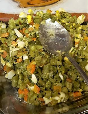 Feijão verde com ovos cozidos picados, cenoura