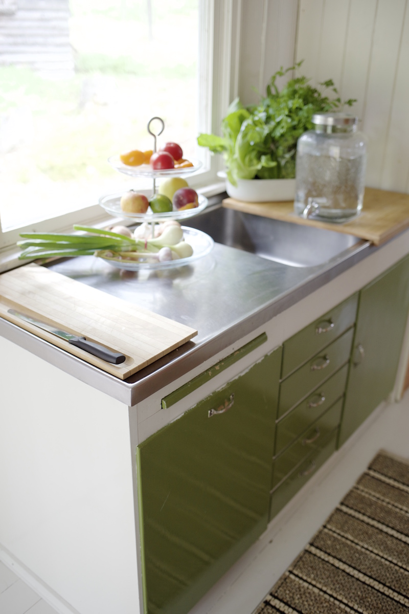 Mökkikeittiön remontti / keittiöremontti. Vanhan mökin kunnostus. Pienen mökin keittiö. Pieni mökkikeittiö.