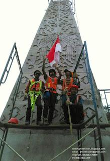 Salam Merah Putih dari tim pemasang panel GRC Cladding PLBN Entikong - PT WIKA (persero)