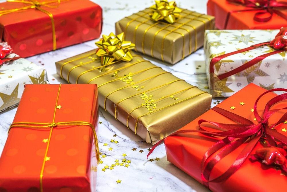 1 jak zapakować prezenty świąteczne w papier  pomysły na pakowanie prezentów jak zapakować pudełko w papier złote czerwone prezenty sposoby na pakowanie prezentów poradnik tutorial jak pakować
