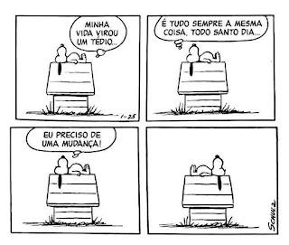 Tira da história em quadrinhos Peanuts, do cartunista Charles Schulz, com as falas em balões. Snoopy é um cãozinho da raça Beagle, com o corpo branco, olhos miúdos pretos, focinho longo arredondado com uma bolinha preta na ponta, orelhas longas pretas e barrigudinho. Ele é extrovertido, vive em um mundo de sonhos e fantasias que aparecem como se fossem realidade quando ele dorme no telhado da sua casinha, instalada no quintal gramado do seu dono, Charlie Brown. É lá, que Snoopy passa a maior parte do tempo. Nessa cena, ele está deitado de perfil, de costas no telhado, as orelhas pendem abaixo, a cabeça está voltada para o lado esquerdo e as patinhas traseiras a direita. Snoopy pensa:Q1- Minha vida virou um tédio...Q2- É tudo sempre a mesma coisa, todo santo dia...Q3- Eu preciso de uma mudança!Q4- Snoopy continua deitado de barriga pra cima e só inverte a posição do corpo.