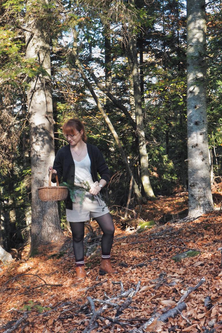 Ramassage de branches de sapin pour décoration d'automne en forêt