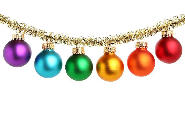 Gekleurde kerstballen aan een gouden kerstslinger