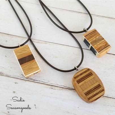 Liontin kalung terbuat dari kayu bekas raket tenis