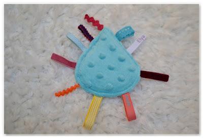 mini doudou étiquettes en forme de goutte bleu et multicolore