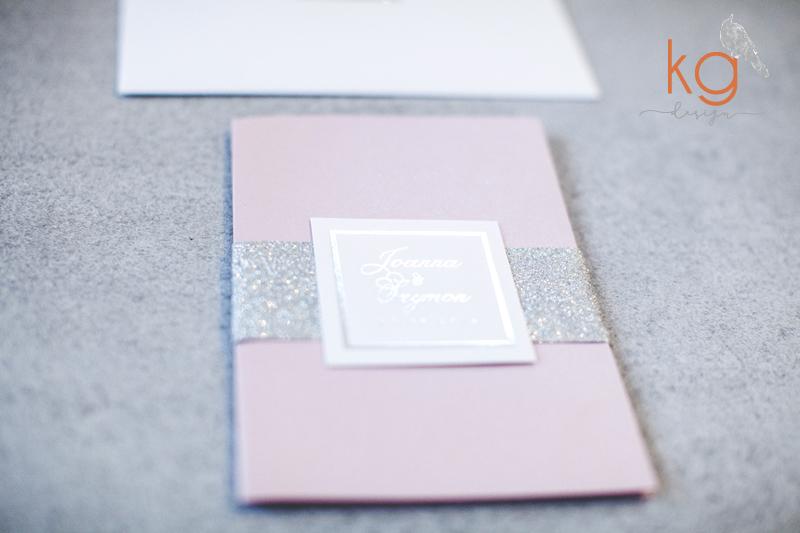 srebrne, posrebrzane, brokat, brudny róż, zaproszenie w folderze, koperta z wyklejką, opaska do zaproszenia, monogram, silver foil, glitter, oryginalne, nietypowe zaproszenia slubne, blyszczace, srebrzone, zlocone, opaska brokatowa z monogramem, szary, bialy, srebrny, brudny roz, rsvp, dodatkowa wkladka, blyszczace zaproszenia slubne, metaliczne, zaproszenie skladane w folderze, zaproszenie z kieszonka, poligrafia slubna, sezon 2018, papeteria slubna, kg design poligrafia