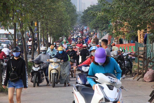 Lạ lùng cảnh hàng trăm người dắt xe máy ngược chiều đối phó CSGT ở Hà Nội 5