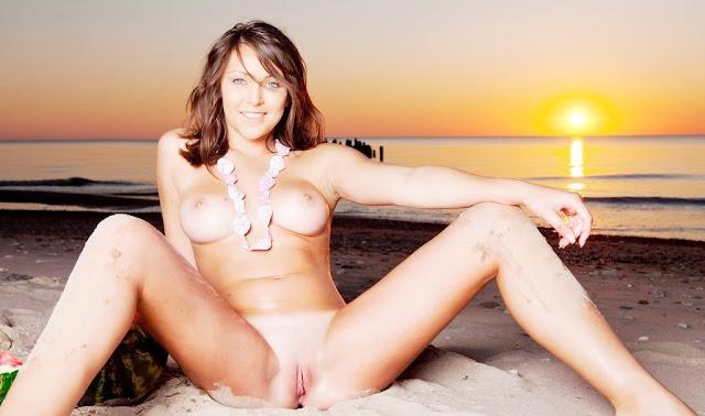 (эротика Met Art) Красивая голая девушка София с удовольствием кушает арбуз на морском берегу на закате