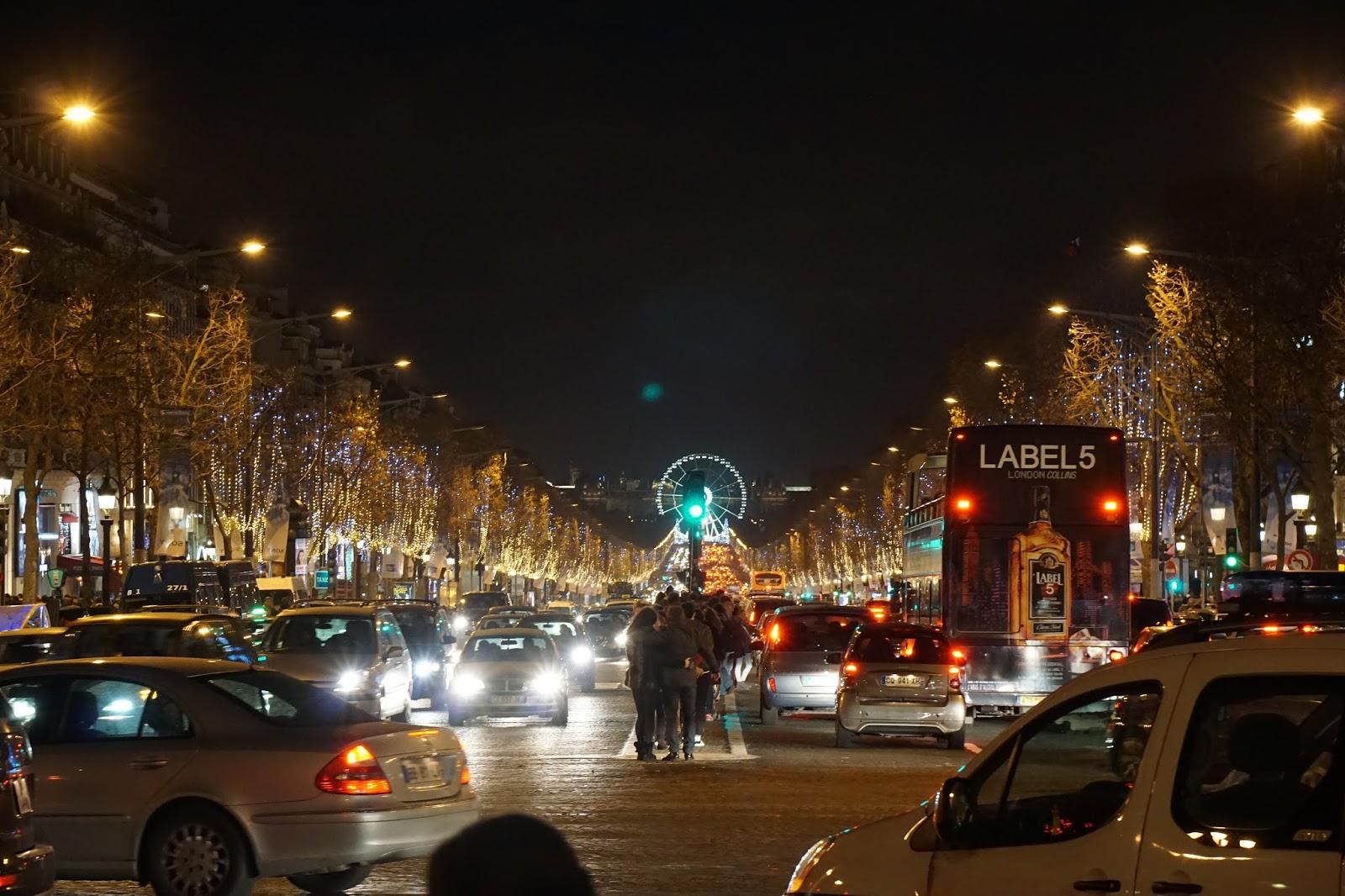 凱旋門側から眺めるシャンゼリゼ通り