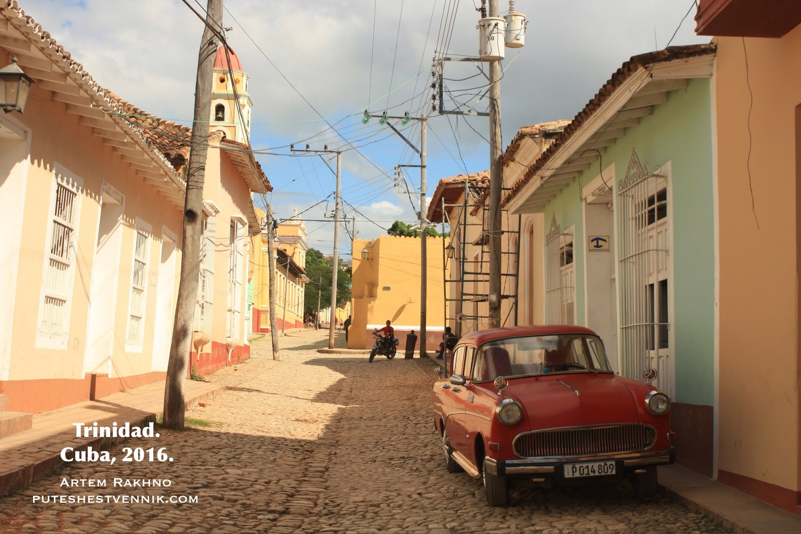 Старая машина на мостовой в кубинском городе