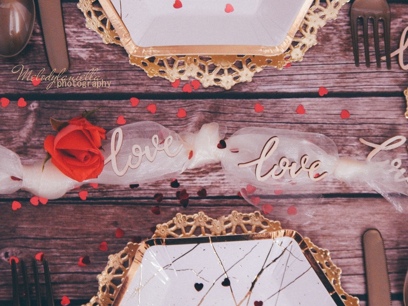 8 partybox ozdobne talerze z efektem marmuru złote sztućce róże drewniane dodatki drewniane konfetti love napisy na ślub wesele rocznice zaręczyny tiul organza
