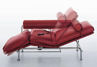 Sofá con control remoto para ajustar el angulo de reclinamiento.