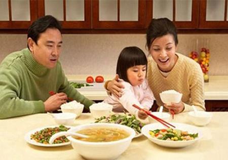 Dạy con trẻ những phép lịch sự trong khi ăn uống-1