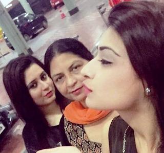 Foto Nikita Sharma dengan Ibu dan Kakaknya