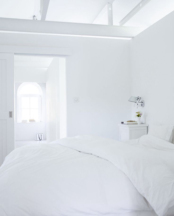 White bedroom to make you dream | Image via vtwonen