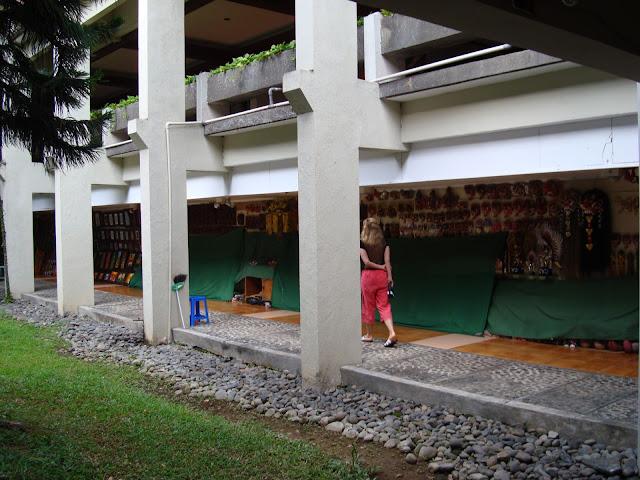 Изображение сувениров во дворе одного из отелей, Бали
