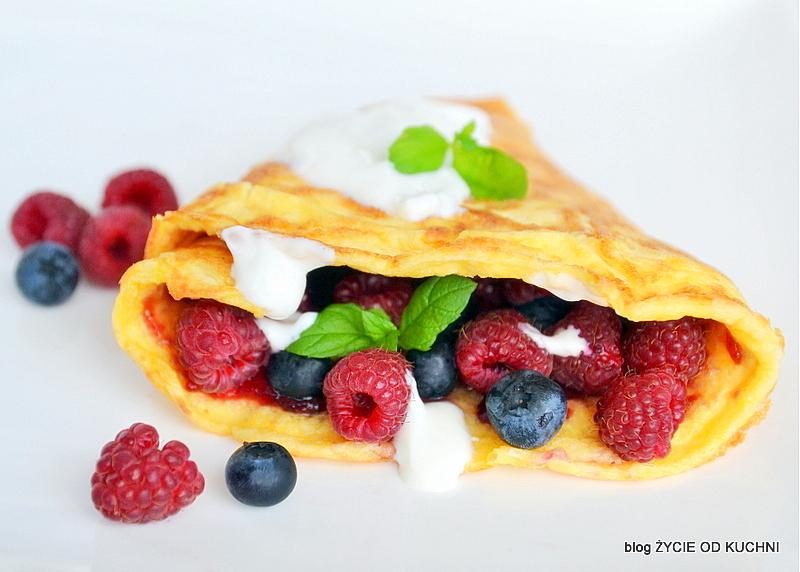 omlet z owocami, letnie owoce, sezonowe przepisy, lipiec, lipiec wkuchni, warzywa sezonowe lipiec, lipiec owoce sezonowe lipiec, lipiec warzywa sezonwe, sezonowa kuchnia, sezonowosc, zycie od kuchni, lipiec zestawienie przepisow