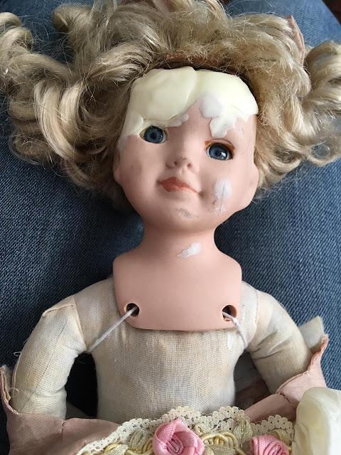 boneca de porcelana sendo reconstruída com porcelana fria (biscuit)