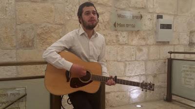 """Ari Hill interpreta espontáneamente la hermosa canción """"El del Nombre Santo"""" en la tumba del profeta Samuel."""