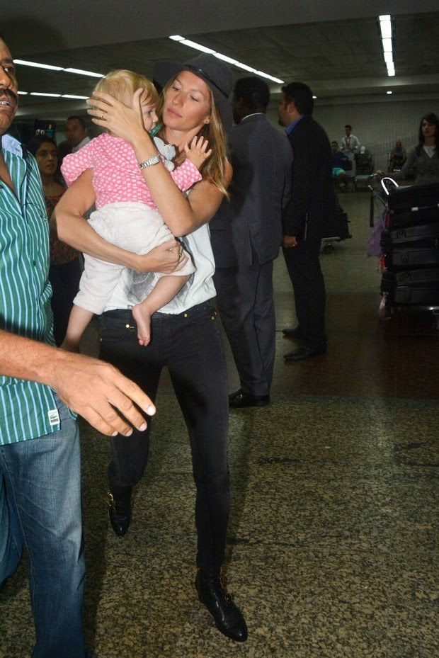 Gisele Bundchen arrives with his daughter in Sao Paulo
