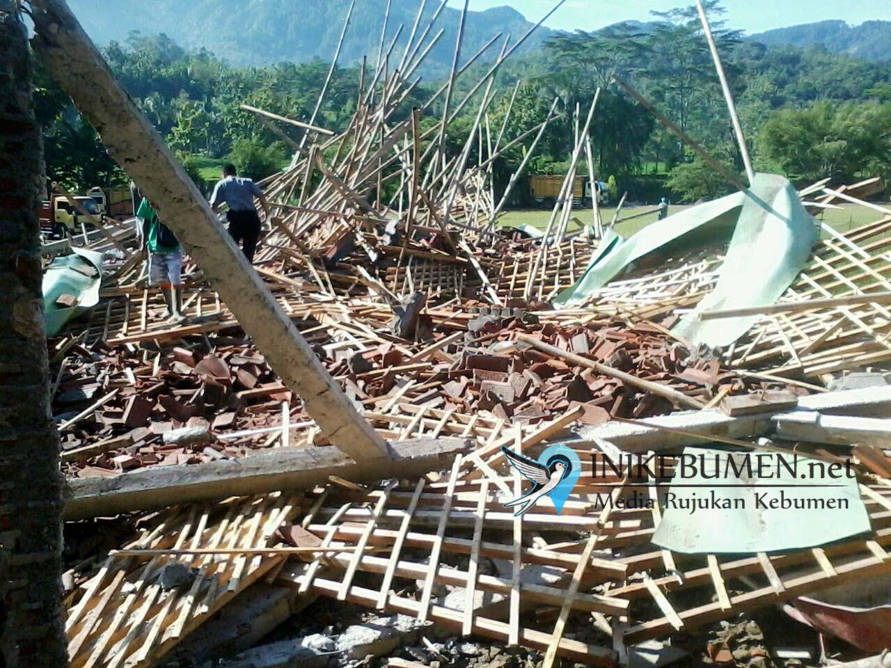 Bangunan SMK Muhammadiyah Sadang Ambruk, Belasan Pekerja Luka-luka