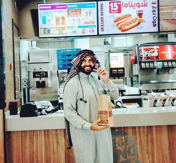صور بن صهيون يتناول طعام سعودي