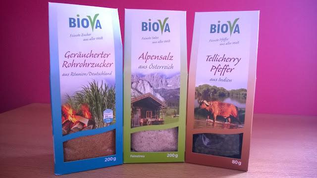 Geräucherter Rohrohrzucker, Alpensalz, Tellicherry Pfeffer in der Verpackung.