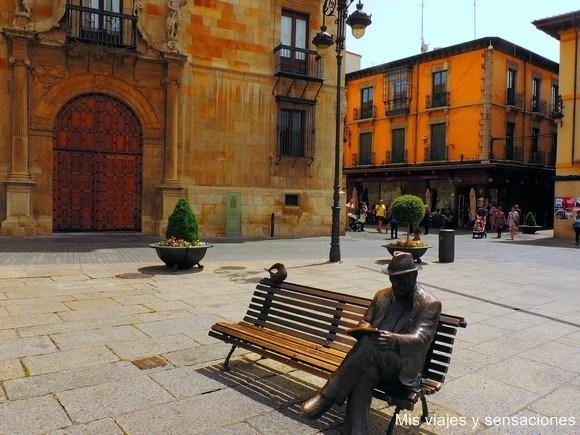 Estatua de Gaudí, León