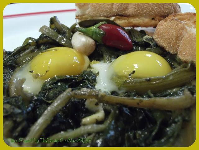 Fotografia della ricetta uova di quaglia in nido di cicoria e bieta selvatiche in primo piano