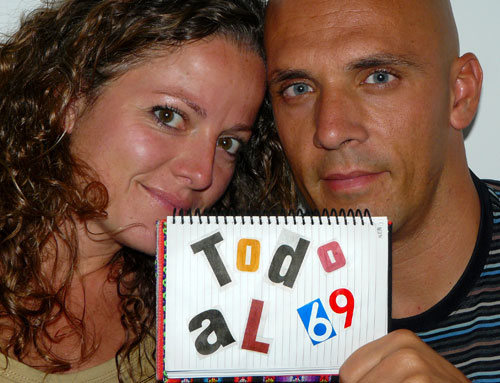 """Fotografía de Xavier Molins y Carme Corretgé promocionando su libro """"Todo al 69"""""""