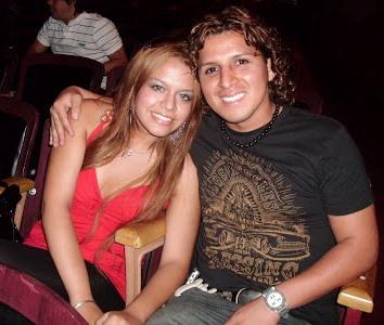Foto de Néstor Villanueva sentado con Flor Polo Díaz