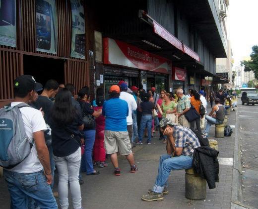 """¿""""Humillación"""" o """"costumbre""""? Largas colas hacen los venezolanos por un pan"""