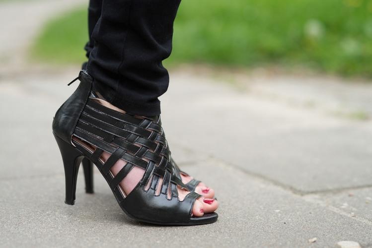 ażurowe buty na obcasie
