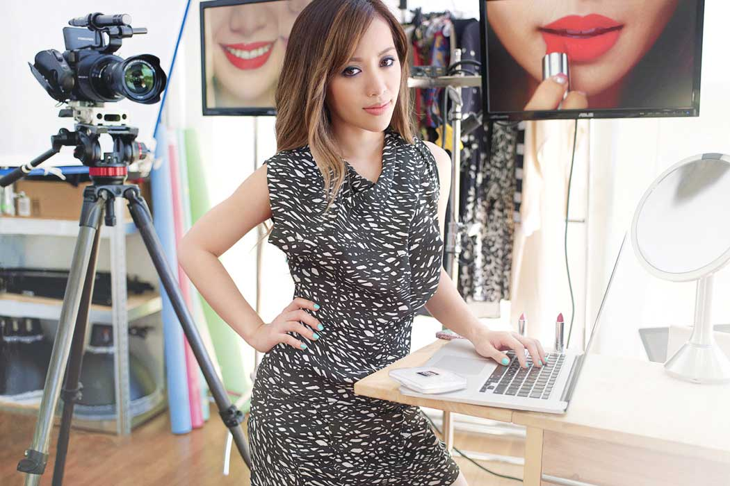 kisah cerita sukses inspirasi michelle phan beauty vlogger blogger terkenal populer dunia review produk kecantikan kosmetik makeup sejarah profil ipsy perusahaan bisnis tips youtuber video tutorial buku
