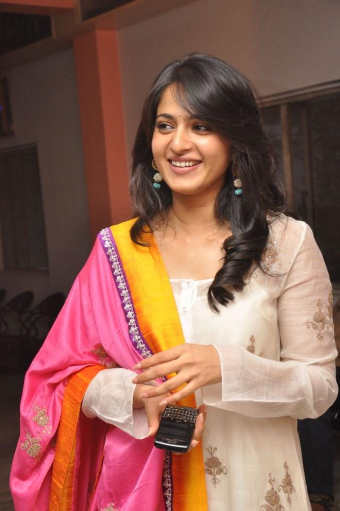 cute photos: Anushka Shetty Latest Cute Looking Still ...