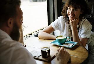 amigos conversando e bebendo um café