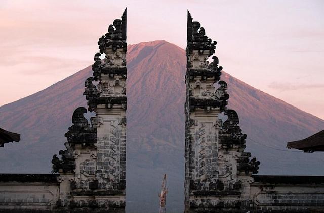 Pura Lempuyang adalah Pura Tertinggi di Bali