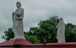 Кохавине. Церква Покрови Пресвятої Богородиці. 1894 р. Скульптури святих Петра і Павла