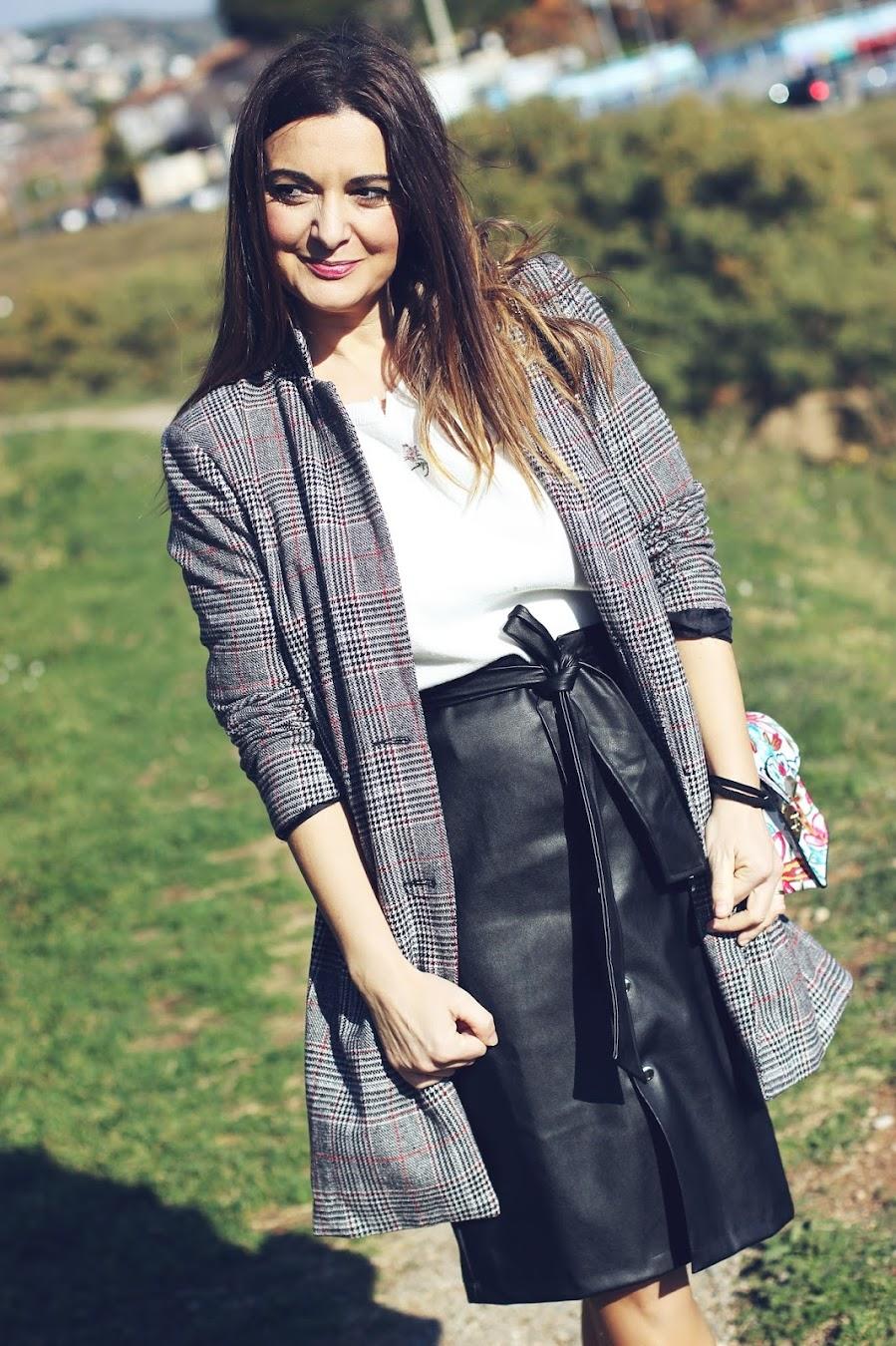 a5a35aa1c1 El blog de Renée  Con falda lapiz de polipiel