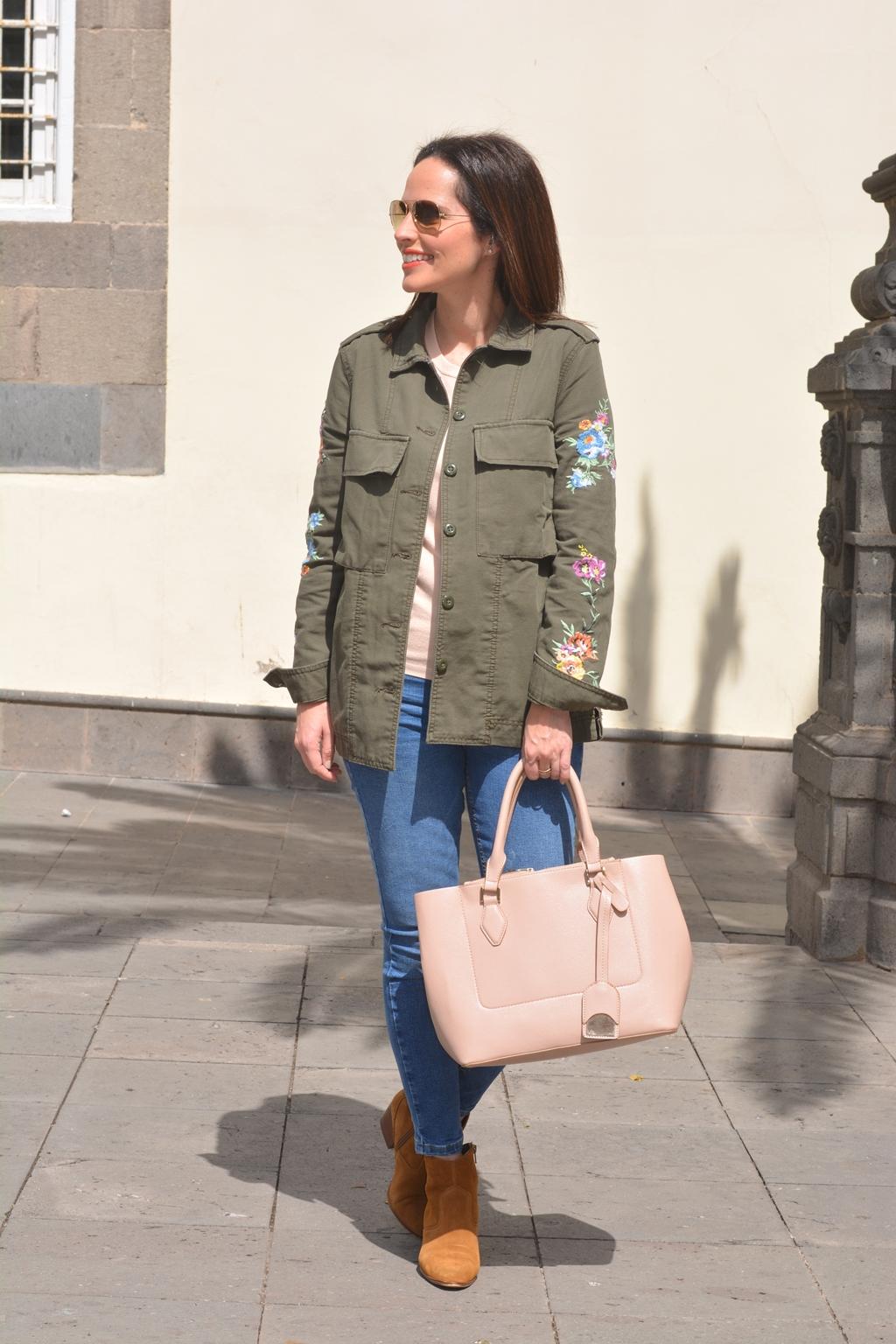 outfit-parka-con-flores-bershka