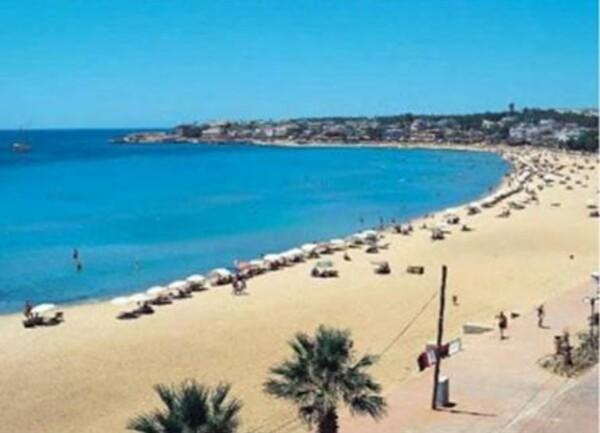 أحد شواطئ تركيا الجميلة ذات المناظر الطبيعية والمياة الفيروزية والشواطئ الرملية