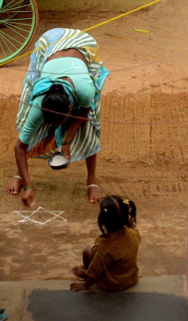 Imagen de mujer creando un mandala