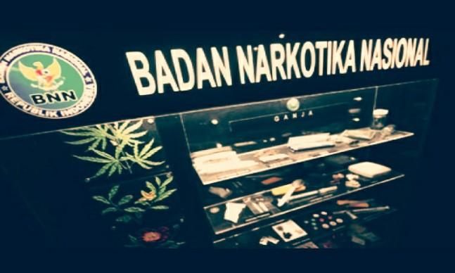 """Indikatormalang.com - Badan Narkotika Nasional (BNN) Kabupaten Malang menggelar razia gabungan. Operasi gabungan dilakukan untuk memperingati Hari Anti Narkoba Internasional (HANI), Sabtu(8/7/17).  Para petugas melakukan penyisiran dibeberapa lokasi seperti hotel, kos, dan beberapa tempat penginapan serta beberapa titik rawan lainnya.  """"Penyisiran kami lakukan di beberapa titik sepanjang daerah Kepanjen"""" ungkap I Made Arjana, Kepala BNN Kabupaten Malang.  Dalam operasi gabungan tersebut, petugas hanya berhasil mengamankan satu orang yang diduga positif menggunakan Narkoba. Selebihnya merupakan pasangan mesum yang juga ikut terjaring dalam operasi tersebut.   Berdasarkan keterangan dari Kepala BNN Kabupaten Malang, petugas yang terlibat sebanyak 35 orang. Selain dari petugas BNN, operasi tersebut juga didukung belasan personel dari Polres, satu dari Kodim, dan satu dari Satpol PP."""