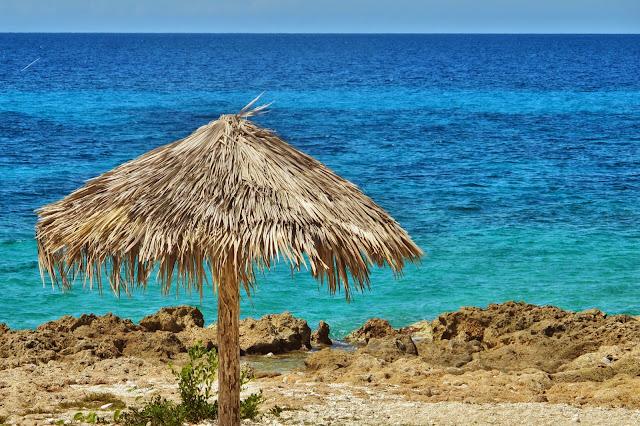 Mar do Caribe de Cuba, na Península Ancon.
