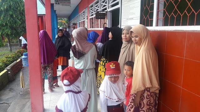 FOTO: Hari Pertama Sekolah, Ibu-ibu di Bua Antar Anaknya