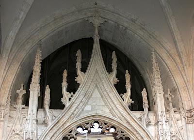 Estilo plateresco de la portada del claustro. Catedral de Toledo