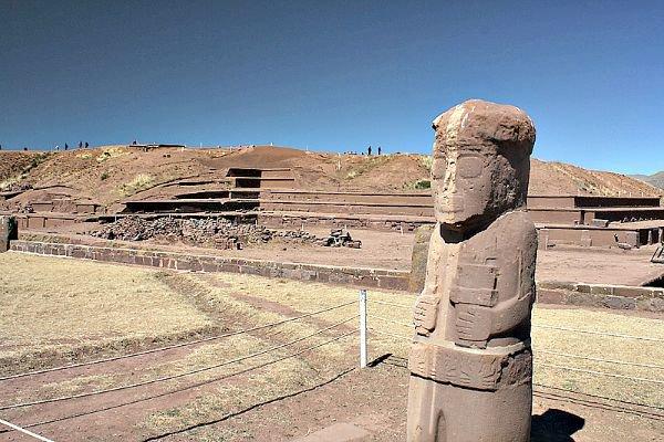 Monolito Fraile, y el templo Akapana al fondo