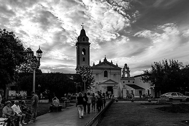 BYN.Gente  paseando y la Iglesia de fondo.